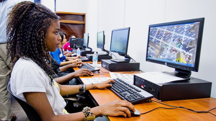US students playing Minecraft Edu.