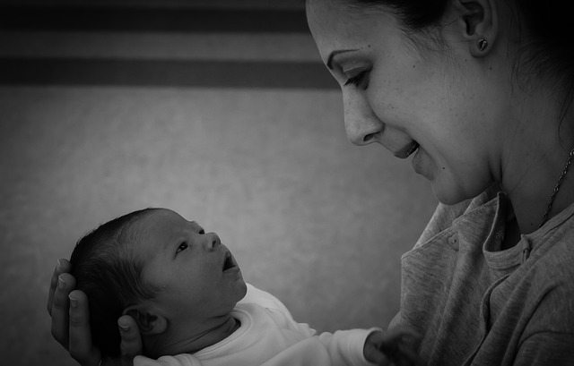 let mom bond with newborn, father bonding with newborn,