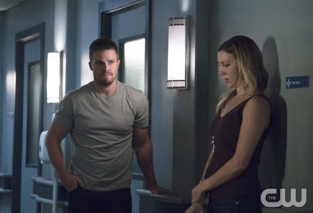 """Arrow -- """"Haunted"""" -- Image AR404A_0114b.jpg -- Pictured (L-R): Stephen Amell as Oliver Queen and Katie Cassidy as Laurel Lance -- Photo: Katie Yu/ The CW -- �© 2015 The CW Network, LLC. All Rights Reserved."""