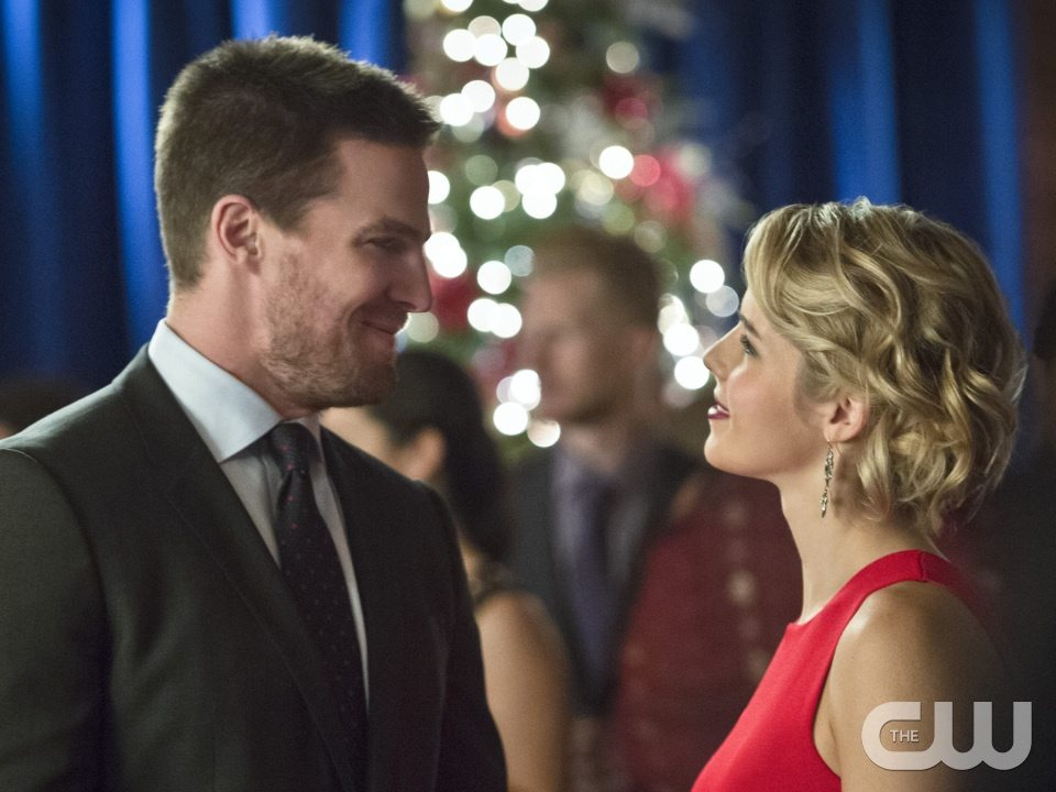 "Arrow -- ""Dark Waters"" -- Image AR409B_0224bc.jpg -- Pictured (L-R): Stephen Amell as Oliver Queen and Emily Bett Rickards as Felicity Smoak -- Photo: Diyah Pera/ The CW -- �© 2015 The CW Network, LLC. All Rights Reserved."