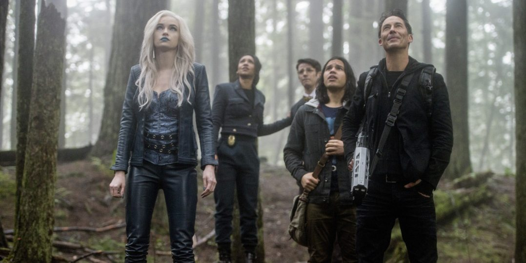 """The Flash -- """"Escape From Earth-2"""" -- Image FLA214b_0224b -- Pictured (L-R): Danielle Panabaker as Killer Frost, Candice Patton as Earth 2 Iris West, Grant Gustin as Earth 2 Barry Allen, Carlos Valdes as Cisco Ramon, and Tom Cavanagh as Harrison Wells -- Photo: Bettina Strauss/The CW -- �© 2016 The CW Network, LLC. All rights reserved."""