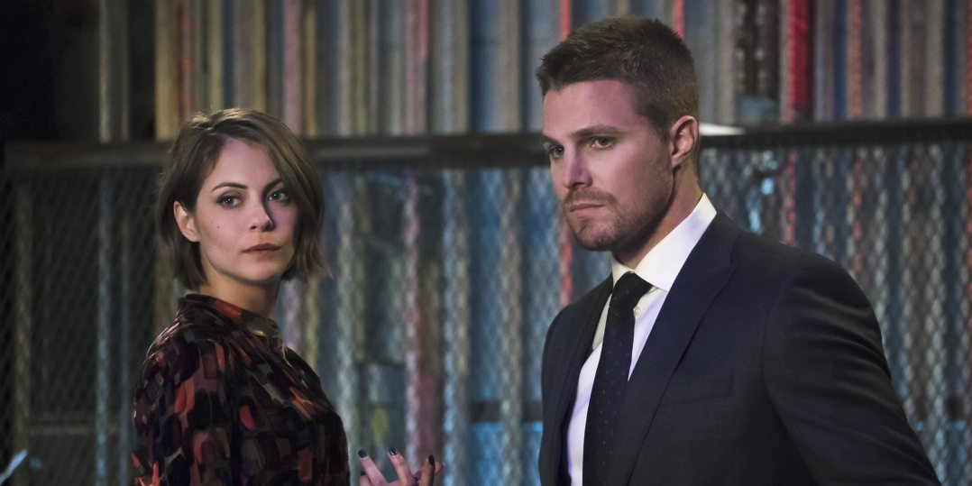 """Arrow -- """"Code of Silence"""" -- Image AR414b_0111b.jpg -- Pictured (L-R): Willa Holland as Thea Queen and Stephen Amell as Oliver Queen -- Photo: Katie Yu/ The CW -- �© 2016 The CW Network, LLC. All Rights Reserved."""