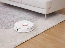 Roborock S7 lifts the mop when it sees carpet.